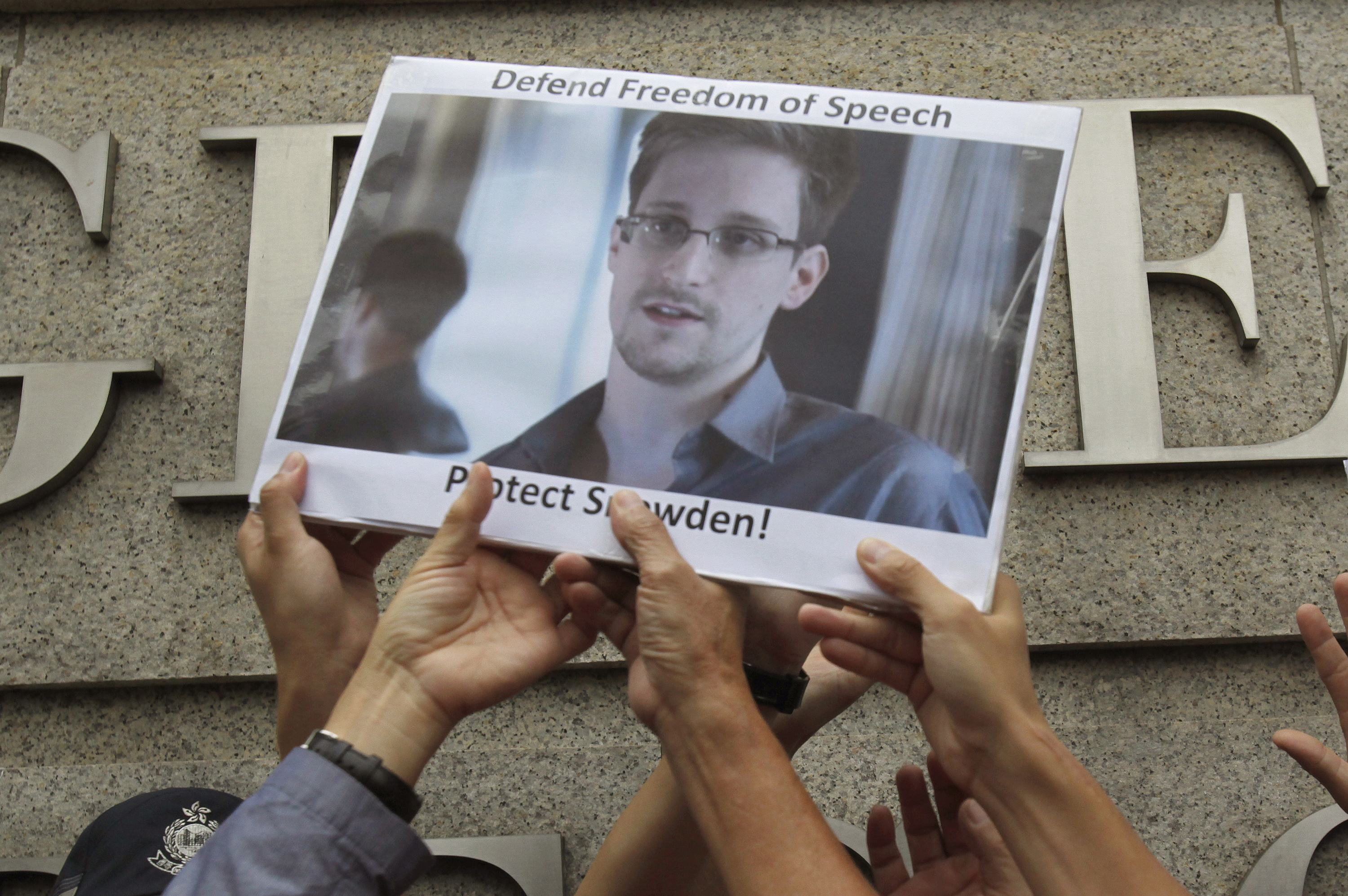 Snowden leaves Hong Kong, reportedly bound for Russia