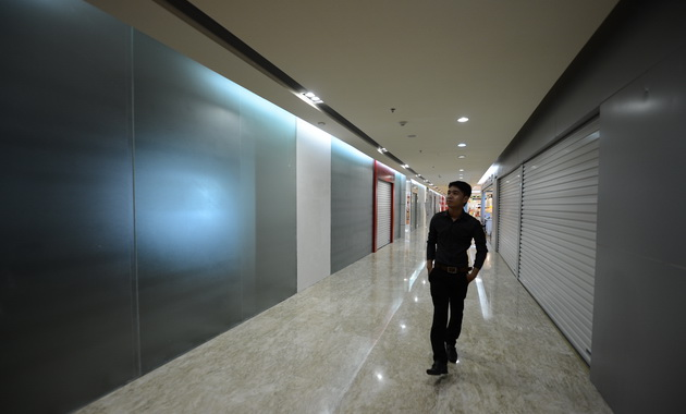 Retailers rush out of costly shopping malls