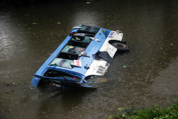 17 injured as bus falls into river in Quang Tri