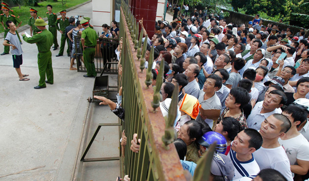 People wait for the release of their relatives at Hoang Tien prison, about 100 km (62 miles) outside Hanoi August 30, 2013.