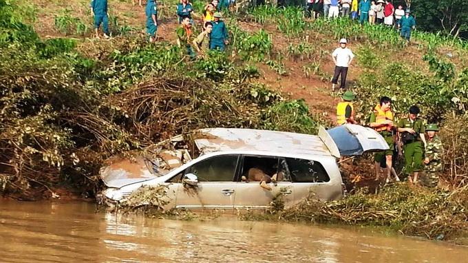 4 bodies stuck in car found after flashflood