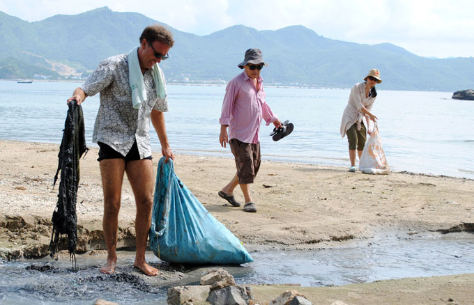 Canadian man collects garbage on Nha Trang beach