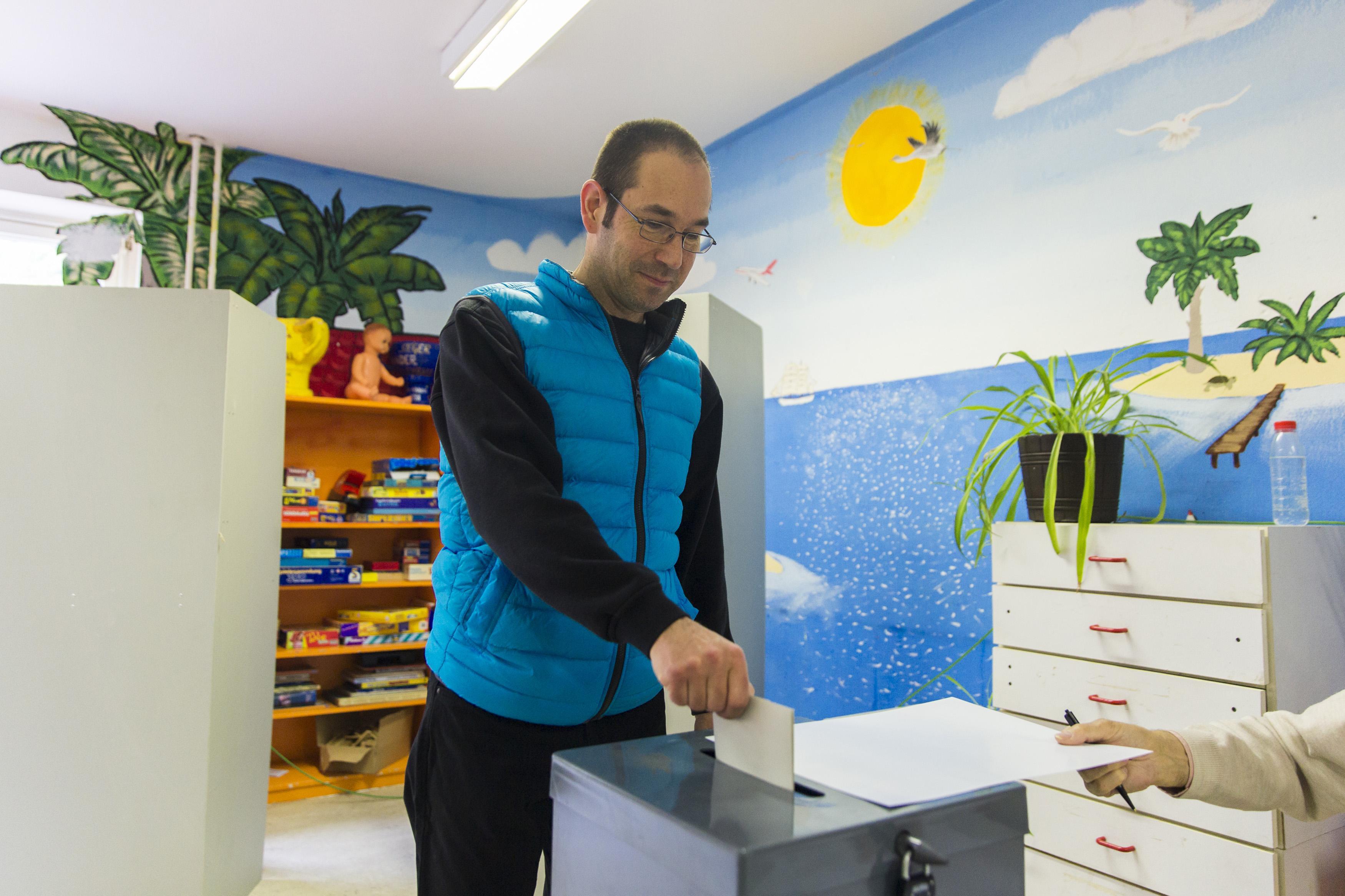 Merkel eyes third term in tight German election