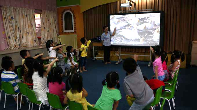 HCMC educators hesitate to use smart boards for children