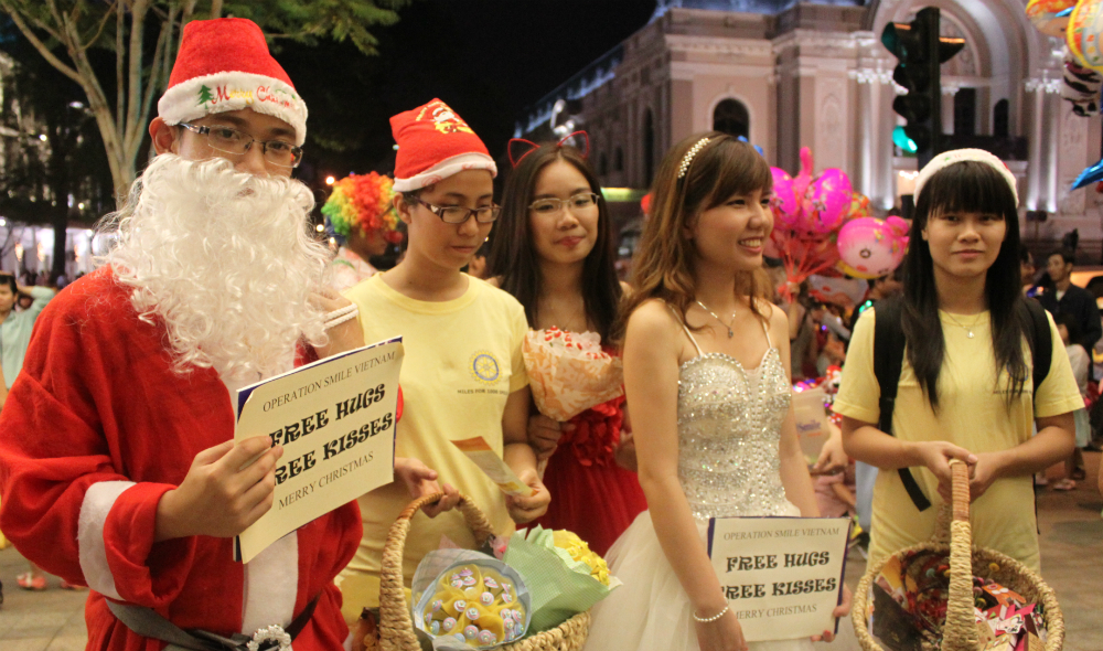 HCMC citizens celebrate coming Christmas holiday