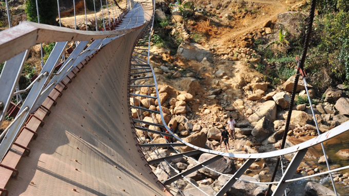 Faulty screws cause deadly bridge collapse in Vietnam: ministry