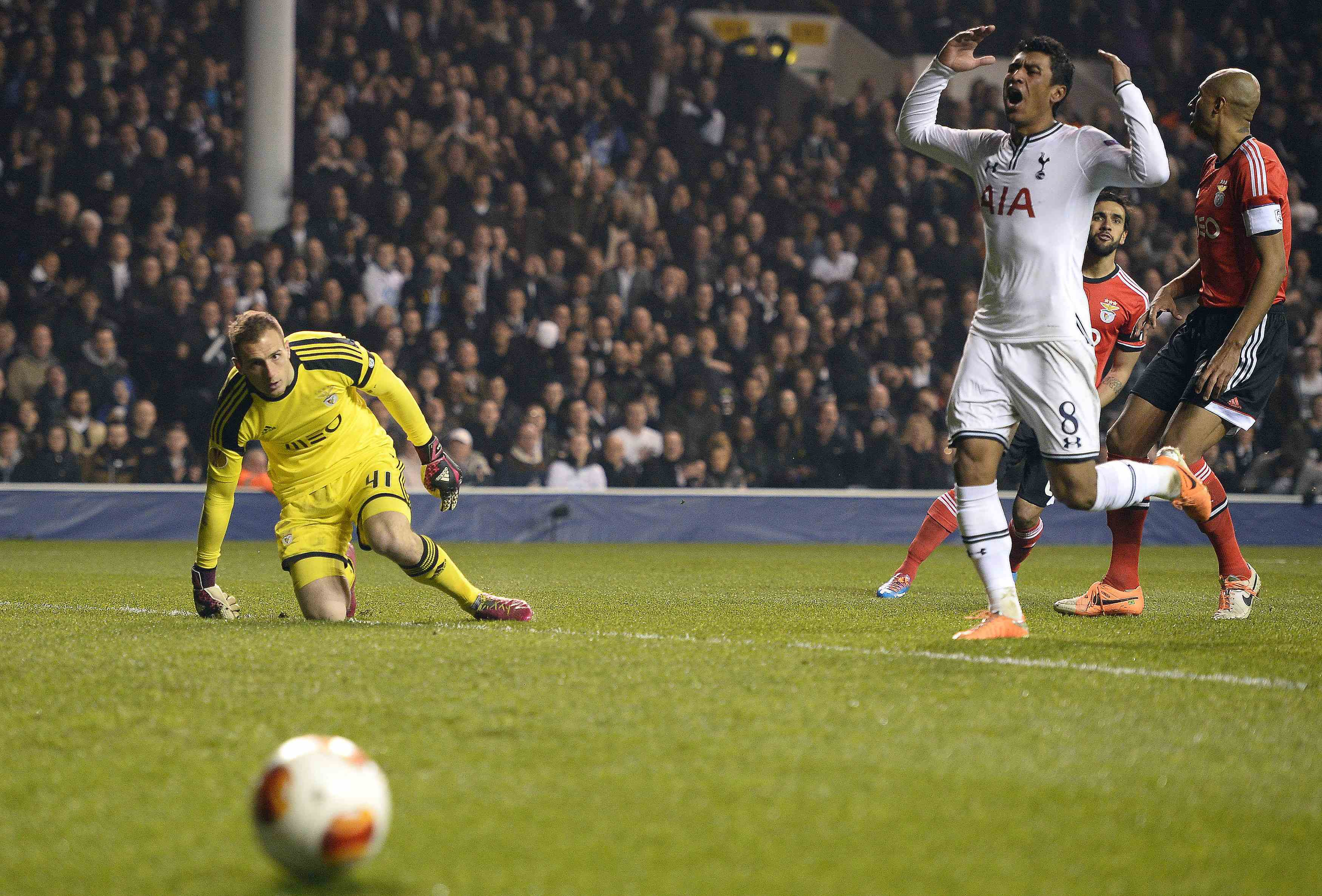 Fiorentina hold Juve while Benfica sink Spurs