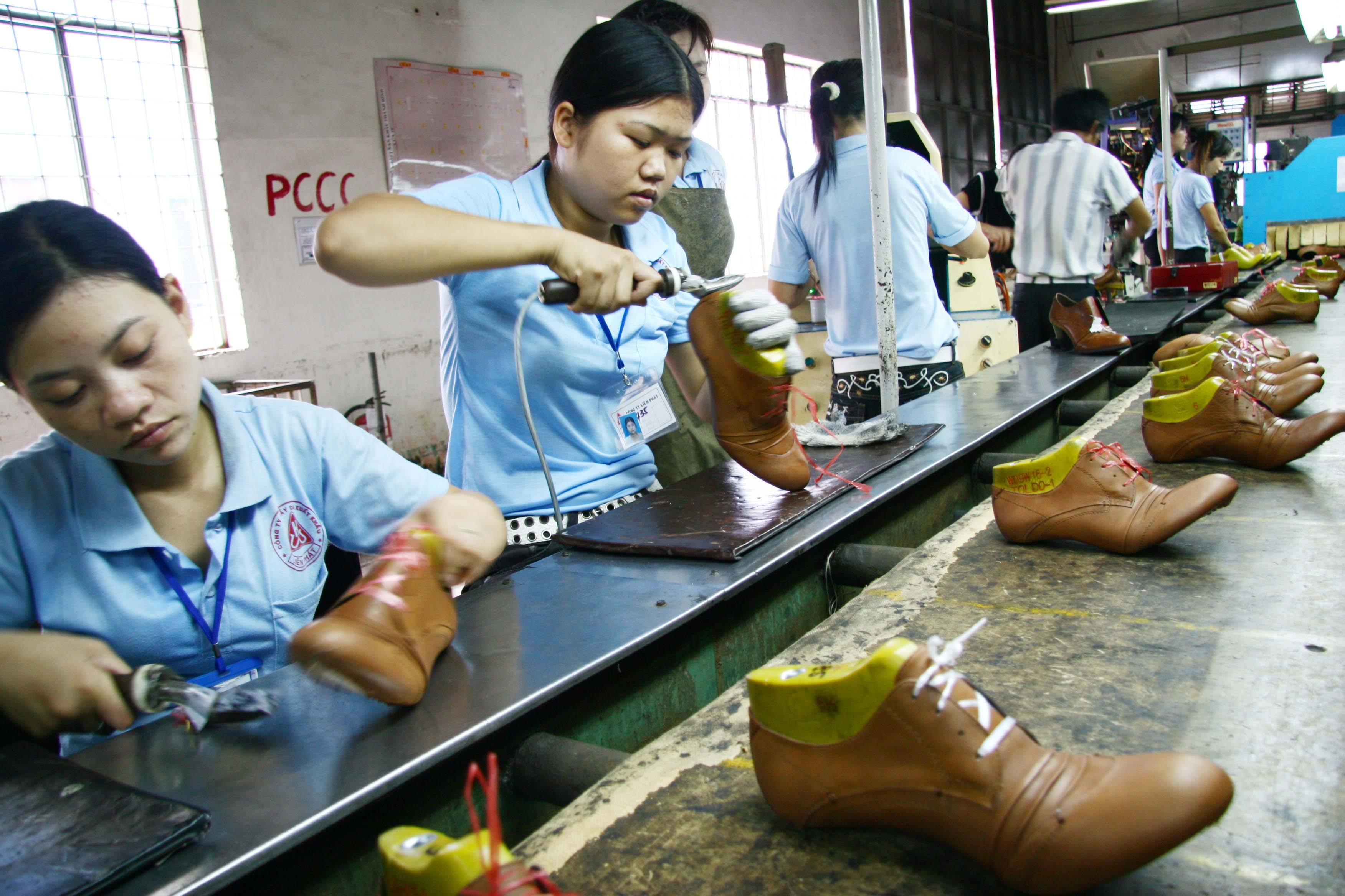 Global footwear giants move orders from China to Vietnam in H1/2014