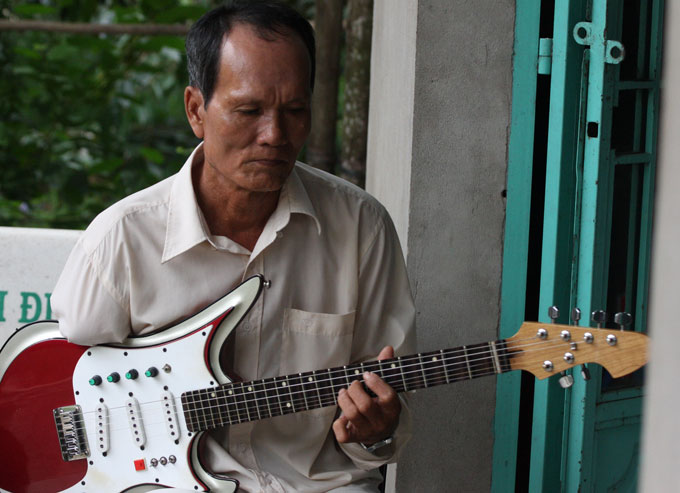 Watch this one-handed Vietnamese man play the guitar