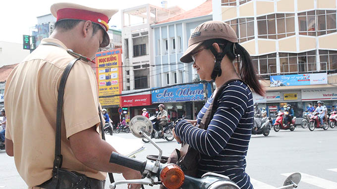 Vietnam police find it difficult to fine wearers of substandard helmets