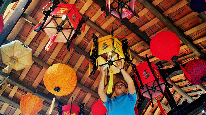 Lanterns made in Vietnam's imperial capital find foreign buyers