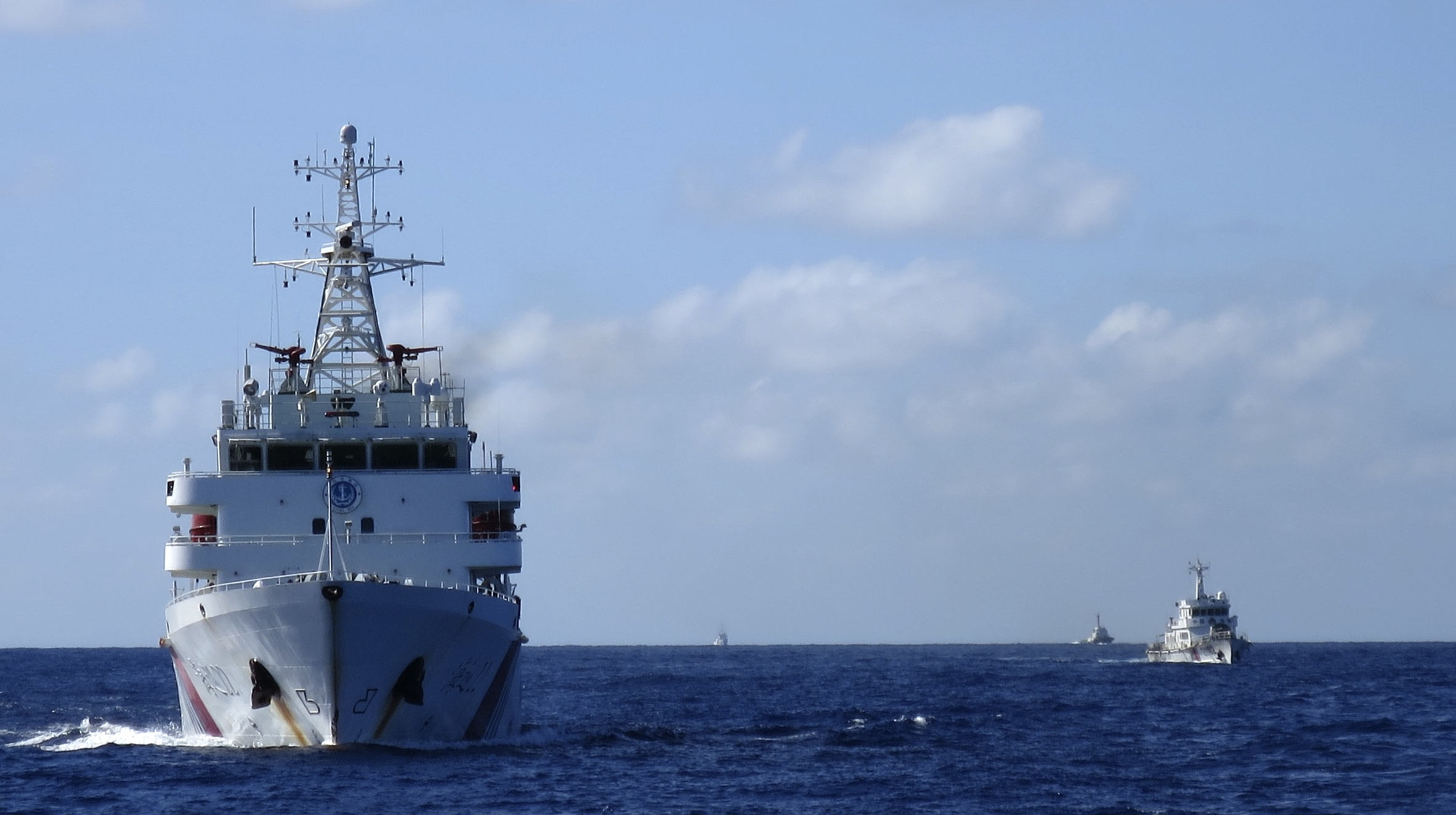 Chinese coastguard vessels give chase to Vietnamese ships