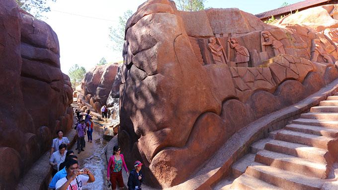 Man builds basalt sculpture tunnel in Vietnam's resort city