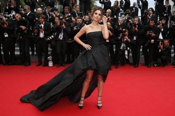 Cheryl Cole seizes top spot in British singles chart