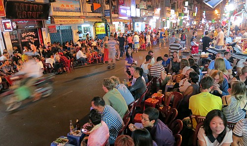 Beer vendors in Saigon backpacker area resume work after protest against police