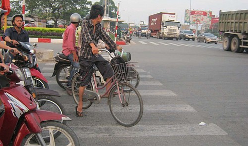 Rules for crossing the street in Vietnam's major cities