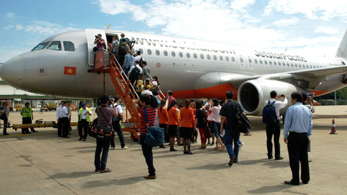 5 suspended for 4-min loss of contact with plane in central Vietnam