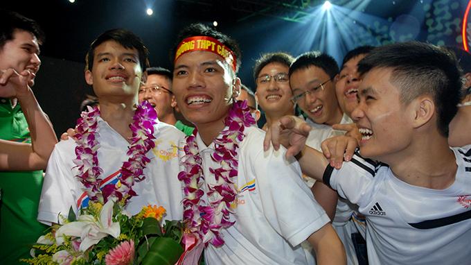 Vietnamese debate brain drain as quiz show winners choose to stay in Australia