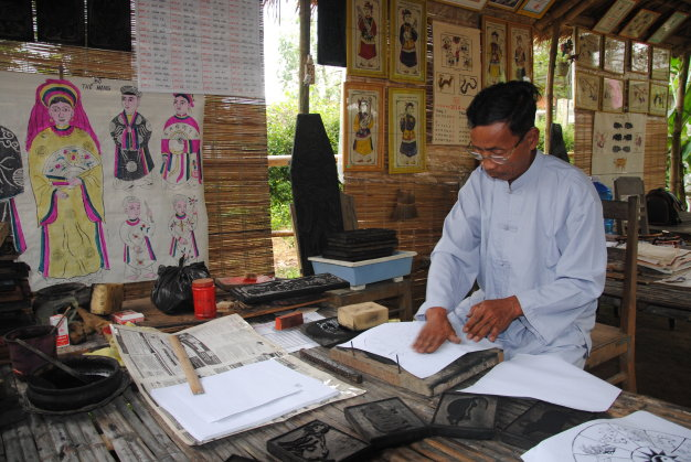 Central Vietnam's iconic folk paintings now alluring souvenirs