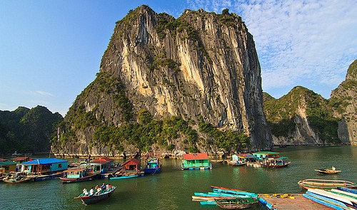 Vietnam province retains row boat tours in Ha Long Bay