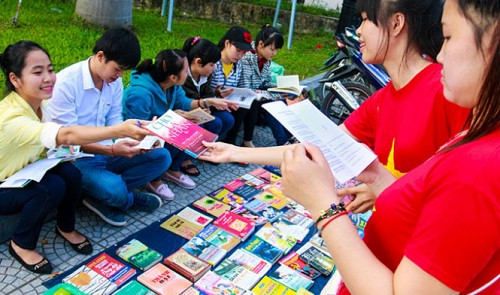 Vietnam students run, read from mobile libraries