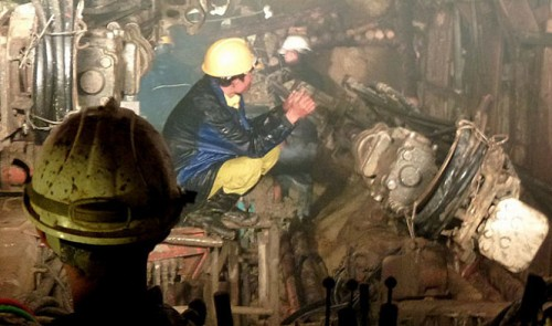 Rescuers drilling to gain access to 12 trapped Vietnamese workers