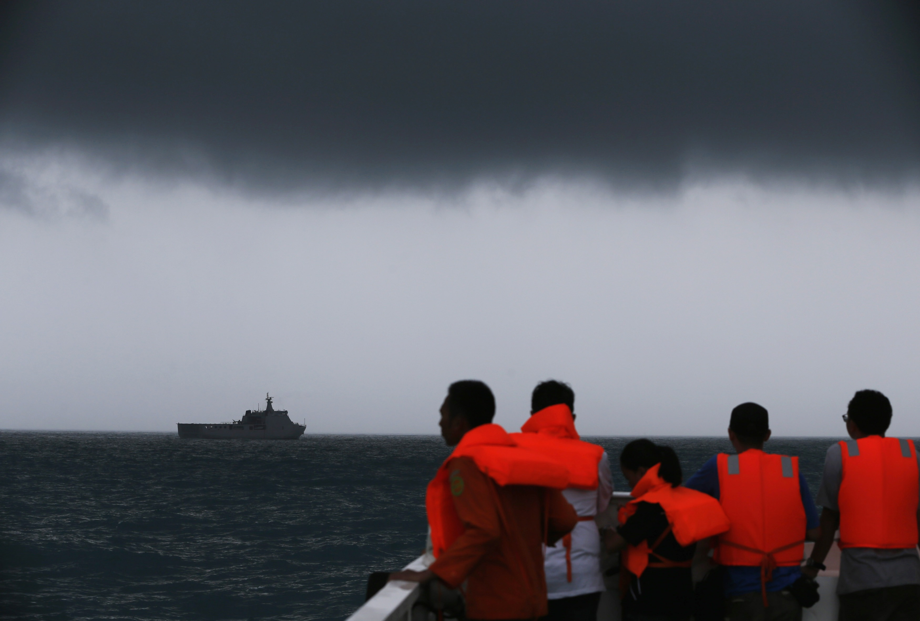 Divers resume search for missing AirAsia jet; no