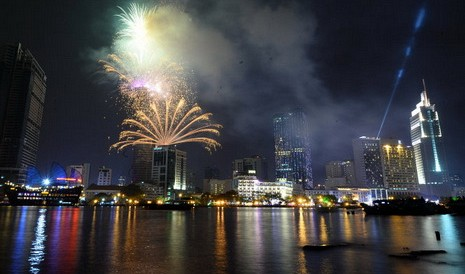 A spectacular fireworks show, with materials and technology imported from France, was organized at the Bitexco Financial Tower, Ho Chi Minh City's current tallest skyscraper, in the downtown area on New Year's Eve.