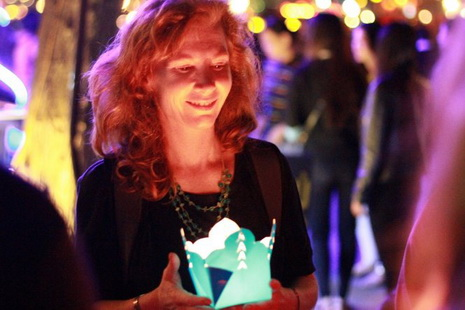 A foreigner is seen sending her New Year wishes in a lighted flower-shaped lantern.