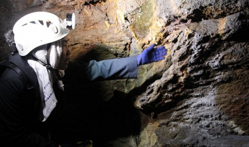 Vietnamese scientist Luong Thi Tuat joins the Japan Caving Association expedition team.