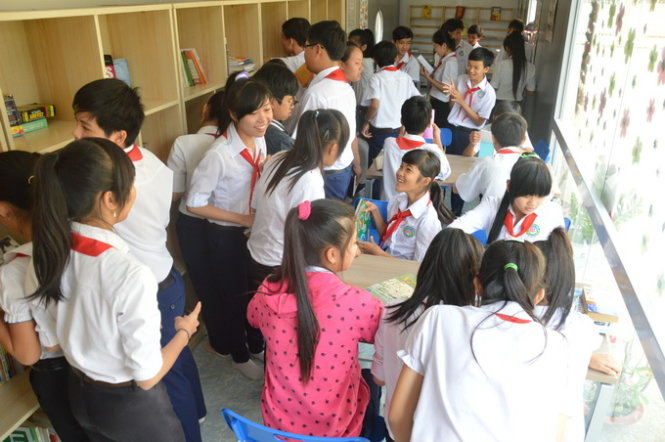 Swiss NGO helps turn container into library in southern Vietnam