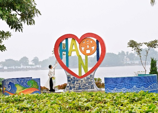 Artist creates ceramic heart sculpture to show love for Hanoi