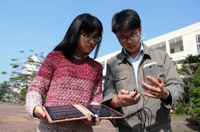Vietnamese students create solar device able to charge 10 cellphones at one time