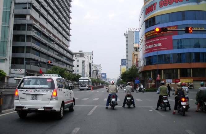 A photo taken around 6g35 on the 2015 New Year Day shows drivers compliantly stopping their bikes and cars behind the zebra crossings at the Nguyen Van Troi-Truong Quoc Dung intersection in Ho Chi Minh City's Phu Nhuan District. No drivers showed sign of starting off their vehicles at the last seconds of the red lights.