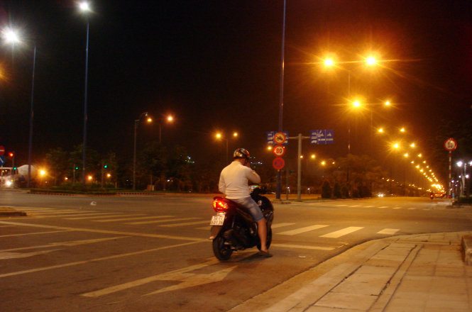 A snapshot taken at 10.34pm on January 25, 2015 captures a male motorcyclist compliantly stopping at the red lights on Mai Chi Tho Avenue in District 2, though the street was all clear and the weather was cold