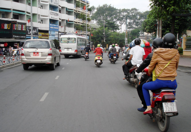 A photo taken around 9am on January 5, 2015 shows slow-speed motorcyclists  were in the inner section of Phan Dang Luu street in front Ba Chieu Market in Binh Thanh District, while those driving at greater speed were riding in the outer part but were not trespassing on the lane intended for cars.