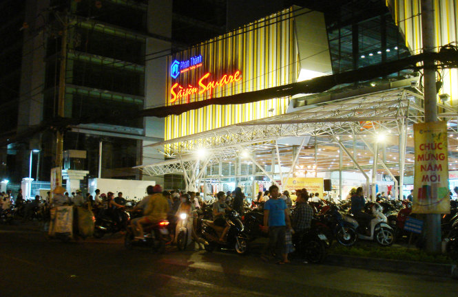 In the absence of security guards' or traffic policemen's intervention, customers at a newly opened shopping mall on Hai Ba Trung street compliantly parked their bikes on or right next to the sidewalk to avoid traffic congestion around 9pm on January 18, 2015.