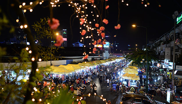 Ben Thanh night market sparkles at 7pm sharp and receives scores of foreign tourists each night.