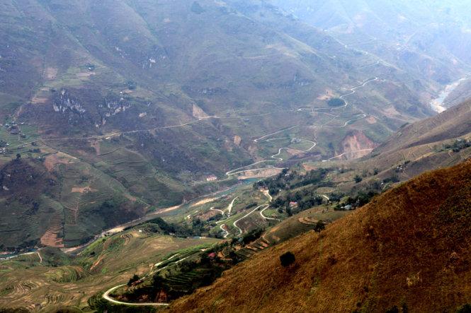 Ma Pi Leng Pass and a canyon near Nho Que River.