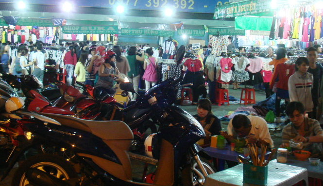 Pham Van Hai night market in Tan Binh District is seen bustling with shoppers and diners on February 10, 2015, which is over one week away from Tet (Lunar New Year).