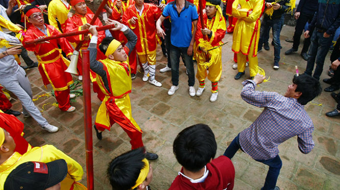 Spring fests in Vietnam turn ugly with brawling, jostling (photos)