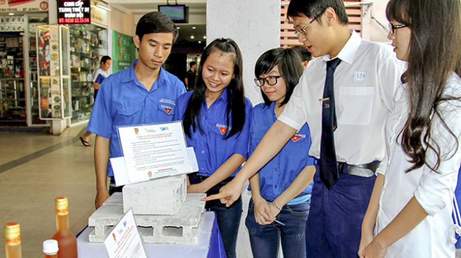 Vietnam student creates unburned bricks from waste paper