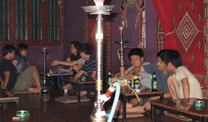More young Vietnamese hooked on shisha amid health warnings