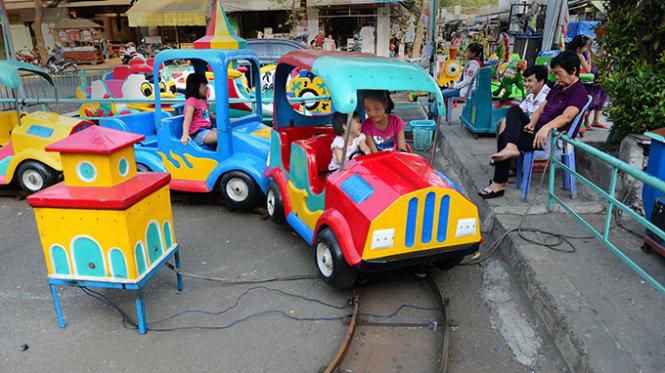 Hazards from games for children at funfairs in Vietnamese parks