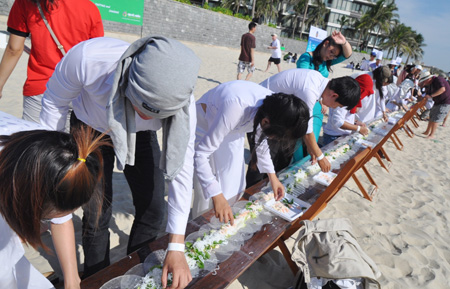 Salad roll created in central Vietnam recognized as world's longest