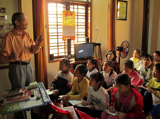 Retired doctor teaches free English to kids in central Vietnam