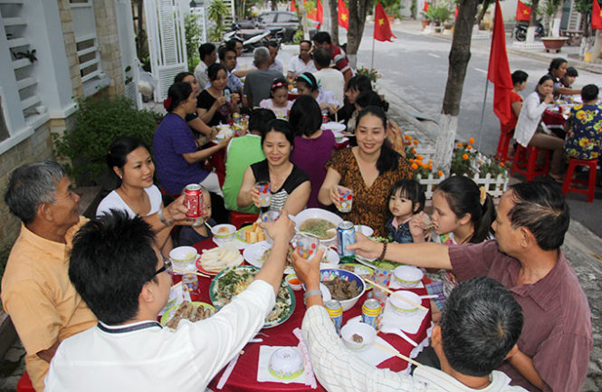 Vietnam's Da Nang gives residents cash to celebrate liberation from American rule