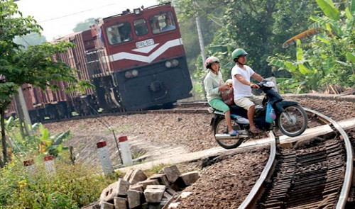Vietnamese risk own lives to save minutes crossing railways