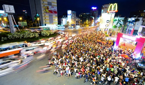 Thousands queue all day to get freebies from McDonald's Vietnam