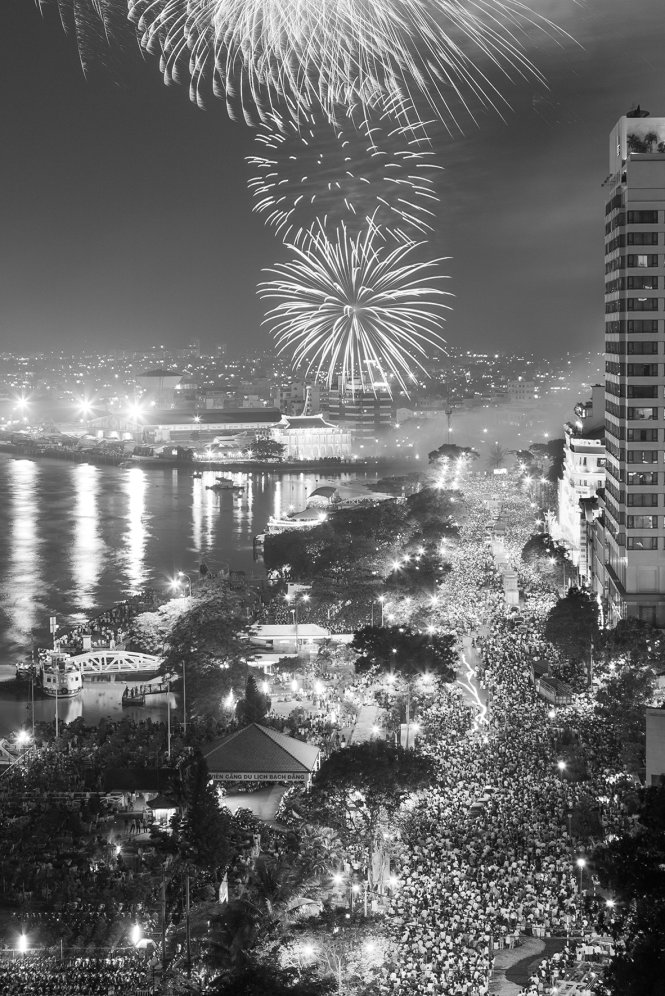 his photo, taken on April 30, 2005, depicts a pyrotechnic show at Bach Dang Wharf, a hallmark of Saigon, which was organized in commemoration of the 30th anniversary of the Reunification Day. The area was packed with fireworks spectators then.